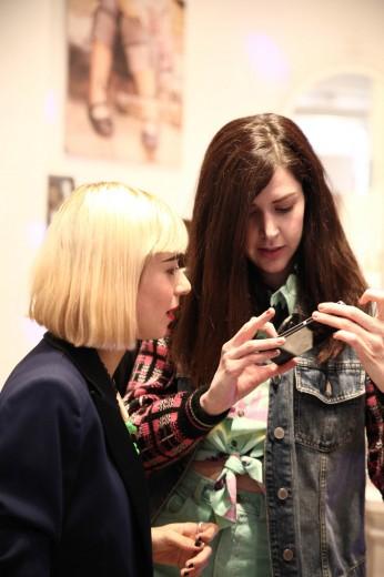 Miranda y Brianda mirando algunas fotos