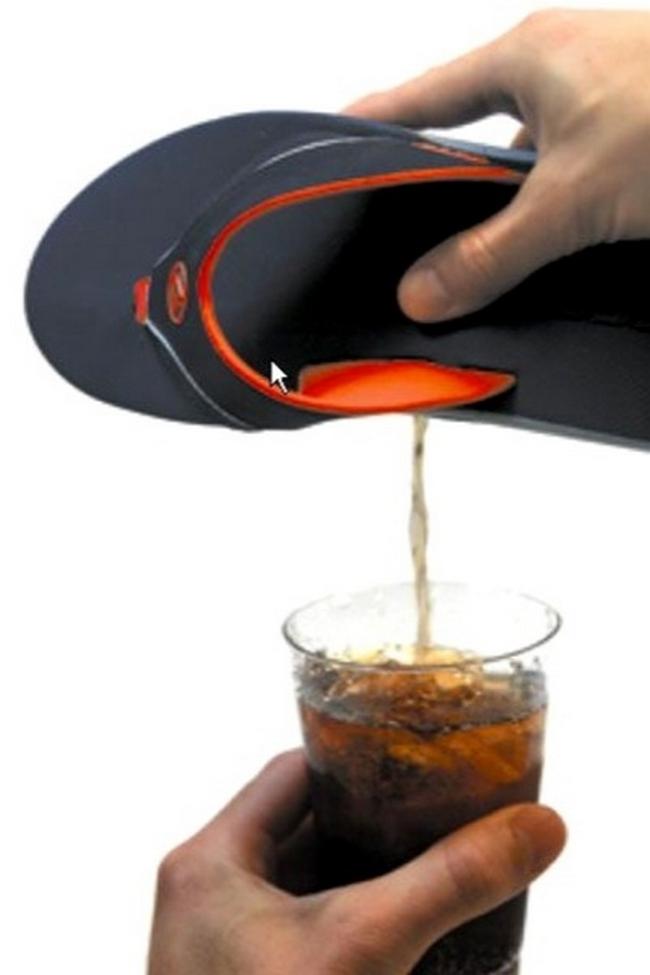 5. Sandalias con compartimento secreto para bebidas