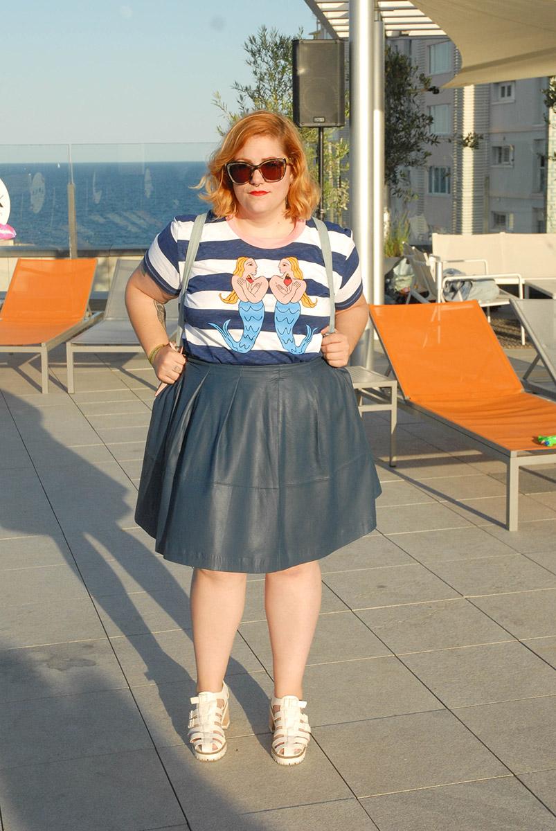 Lidia Juvanteny la editora de Justshootme lleva una falda skater y una camiseta con sirenas y rayas marineras de bimba&lola