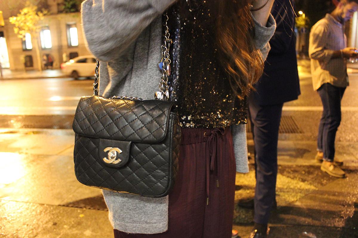 El bolso de Claudia es el modelo 2.55 de Chanel y su top es de Zara.