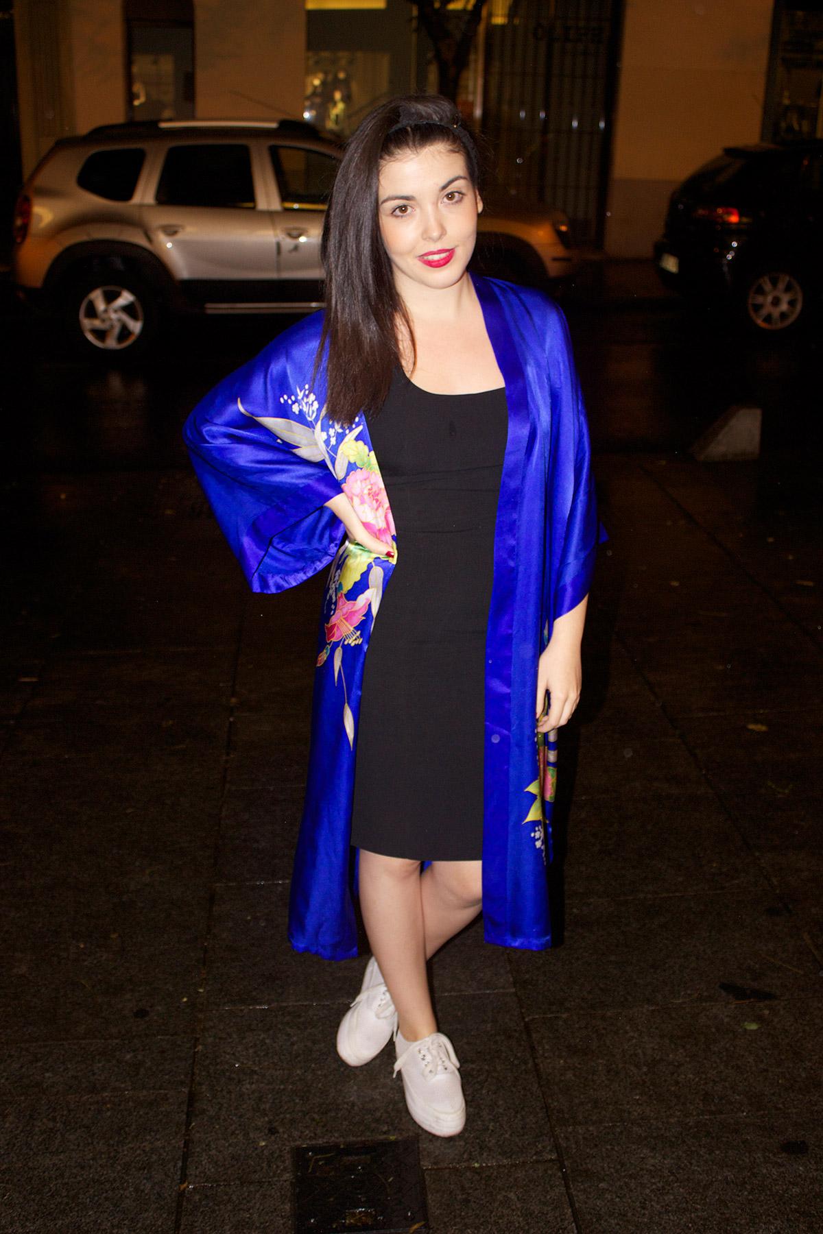 Alicia Ruiz lleva un vestido vintage y calza unas deportivas de Sixtyseven