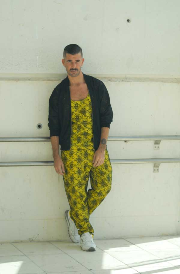 Pedro Castro con tota look de Carlos Diez