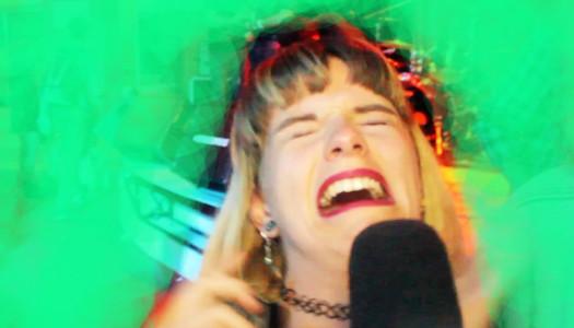 La chica que llora desconsolada en el concierto de KLAXONS