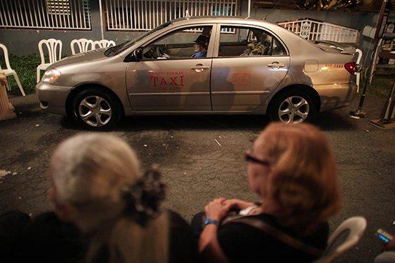Taxista-es-velado-al-volante-de-su-auto_05