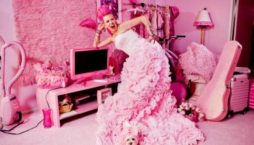 ¿Conoces a Kitten Kay Sera, La Mujer de Rosa de Hollywood?