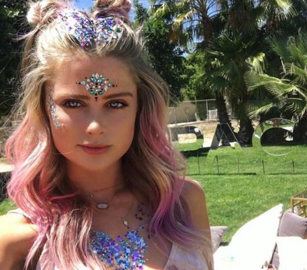 maquillaje-strass-y-pelo-rosa-coachella